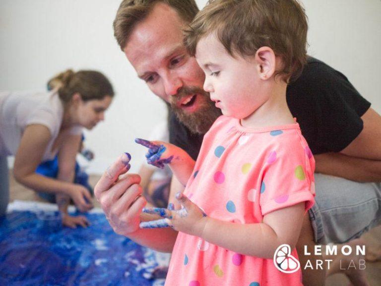 Familia en un taller de arte sensorial