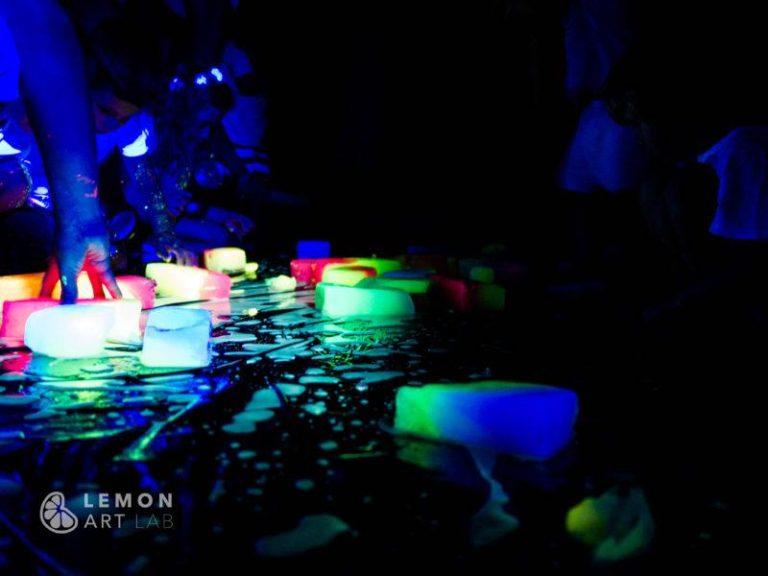 Niños jugando con bloques fluorescentes