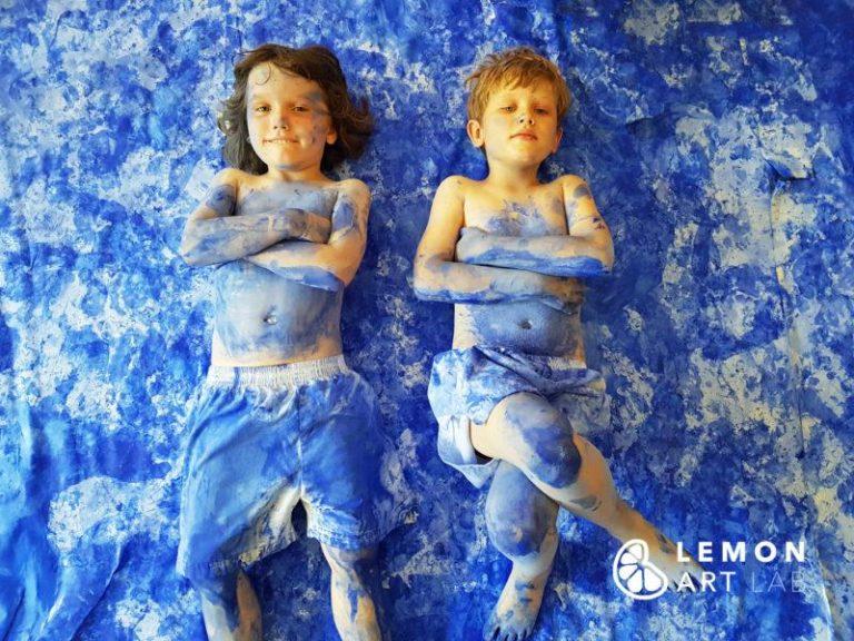 Niños cubiertos de pigmento azul Klein