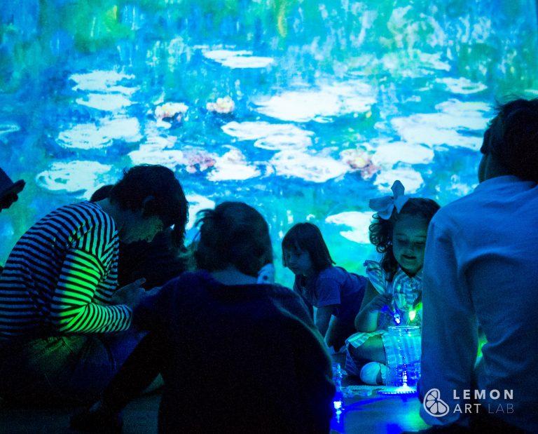 Familias explorando los reflejos del agua