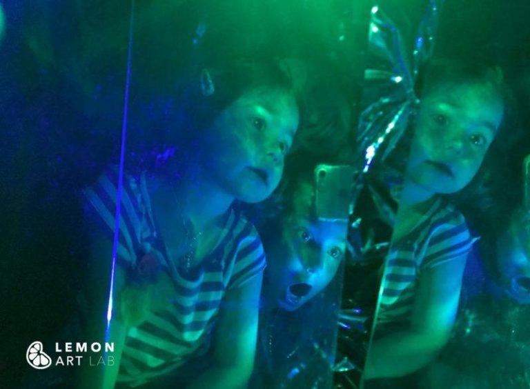 Niños en una sala de espejos