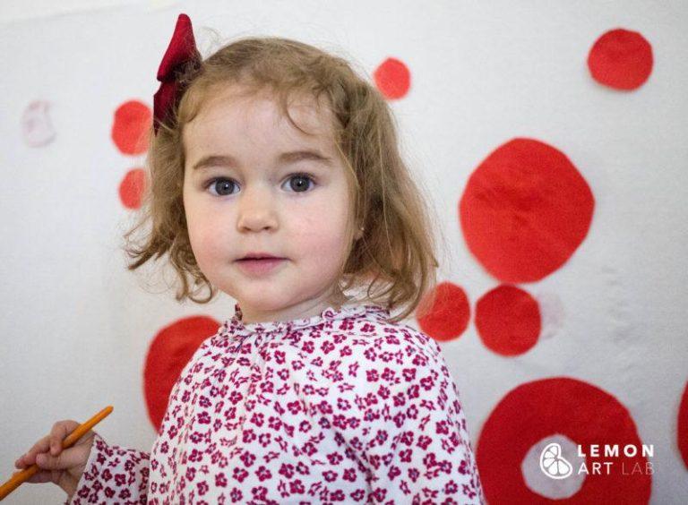 Bebé transforma el espacio de una galería con puntos rojos