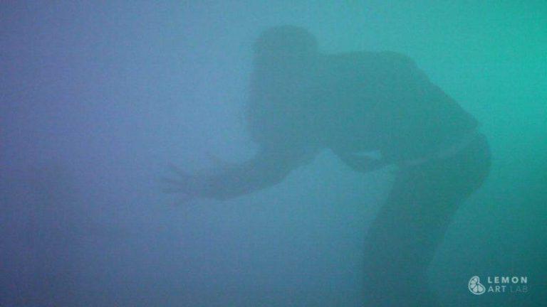 Juego libre en una instalación artística de humo