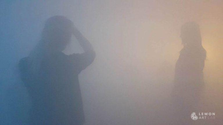 Participantes en una sala de humo y color