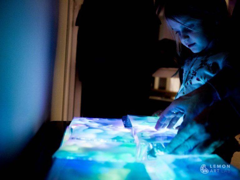 Juego de luces de colores para aprender arte contemporáneo
