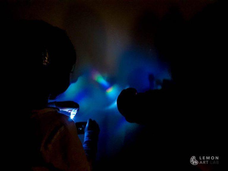 Niños experimentan con prismas