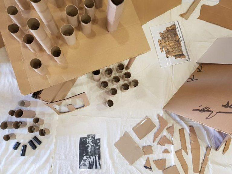 Taller escolar con cartón y material reciclado