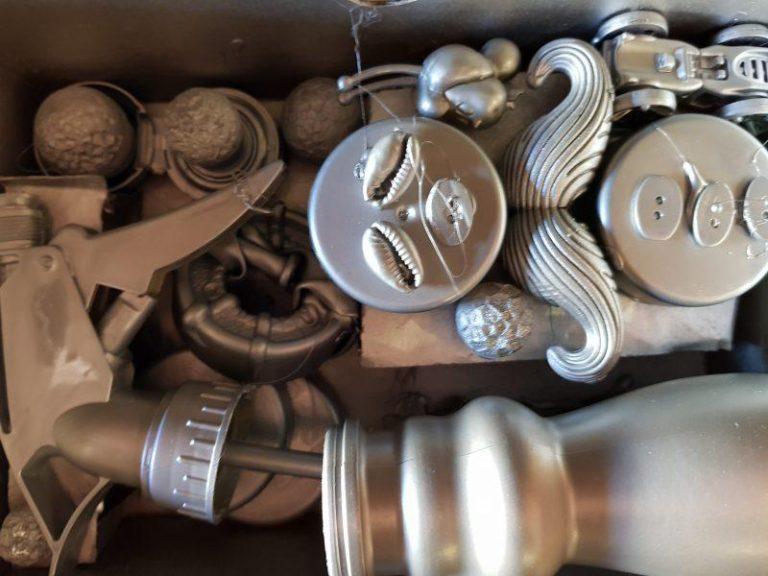 Ensamblaje artístico de piezas recicladas