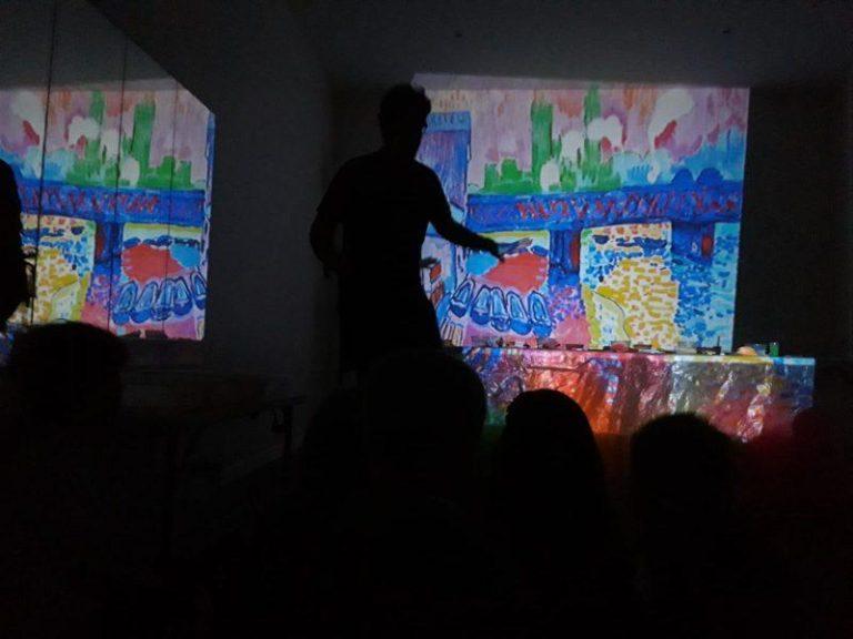 educador explica un cuadro del artista Matisse