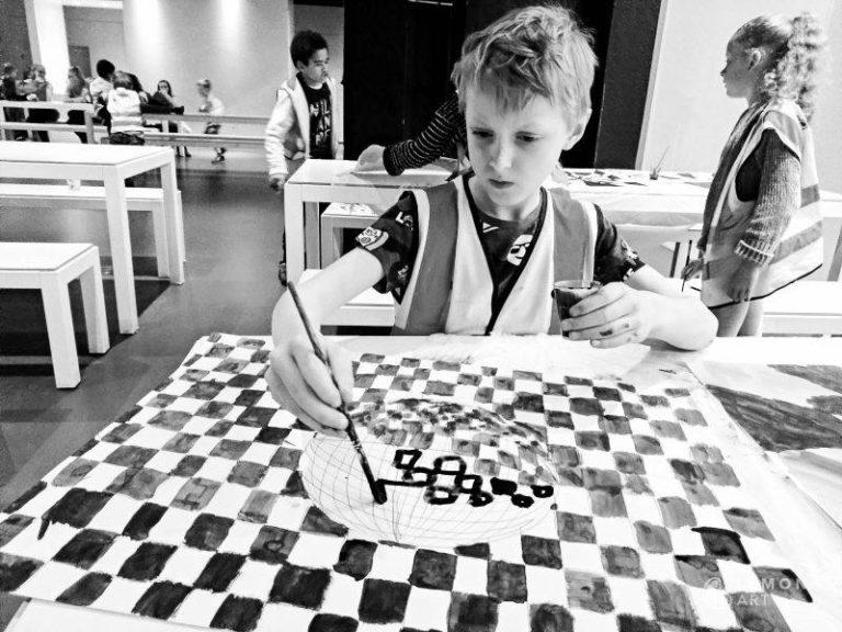 Niño trabajando en una pintura hipnótica