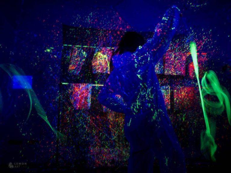Expresión corporal y baile en una instalación ultravioleta
