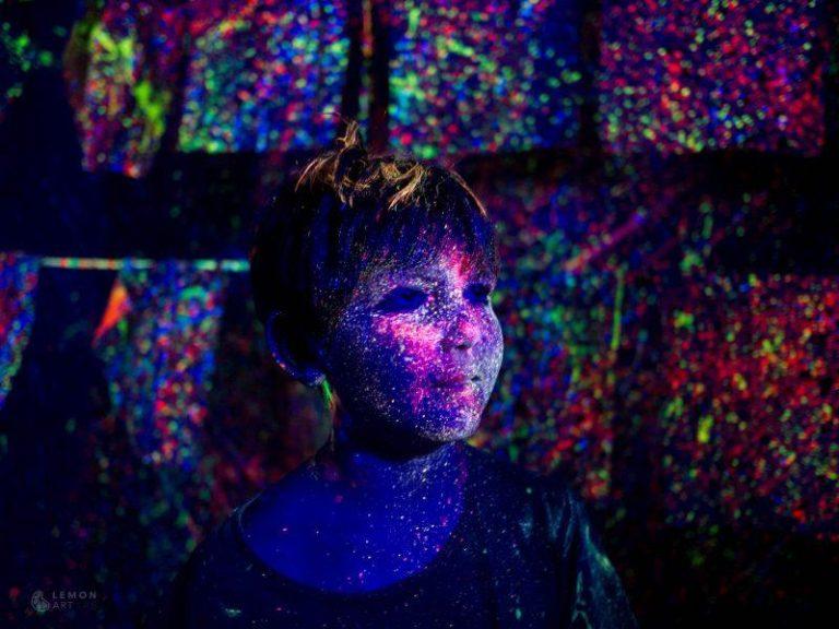 Explosión de color fluorescente en un niño
