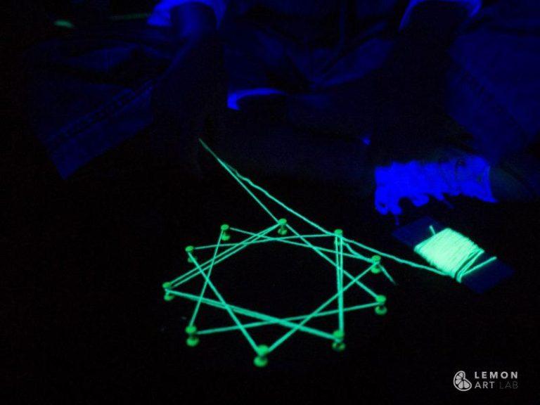 Patrón geométrico que brilla en la oscuridad
