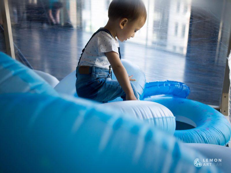 Bebé en una instalación artística de juego libre