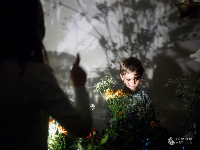 Niños en una instalación de arte botánico