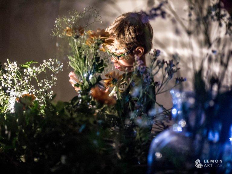 Niño prepara un ramo de flores frescas