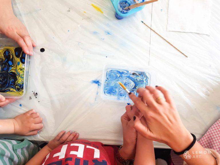 Familias crean con la técnica de marmolado