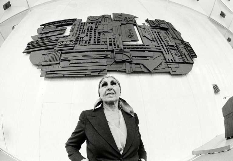 mujeres artistas louise nevelson