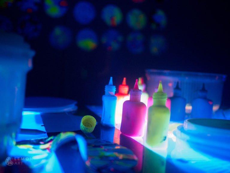 Materiales artísticos que brillan en la oscuridad