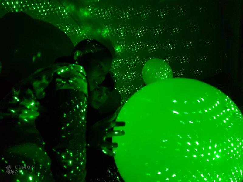 Niños en una instalación de luz