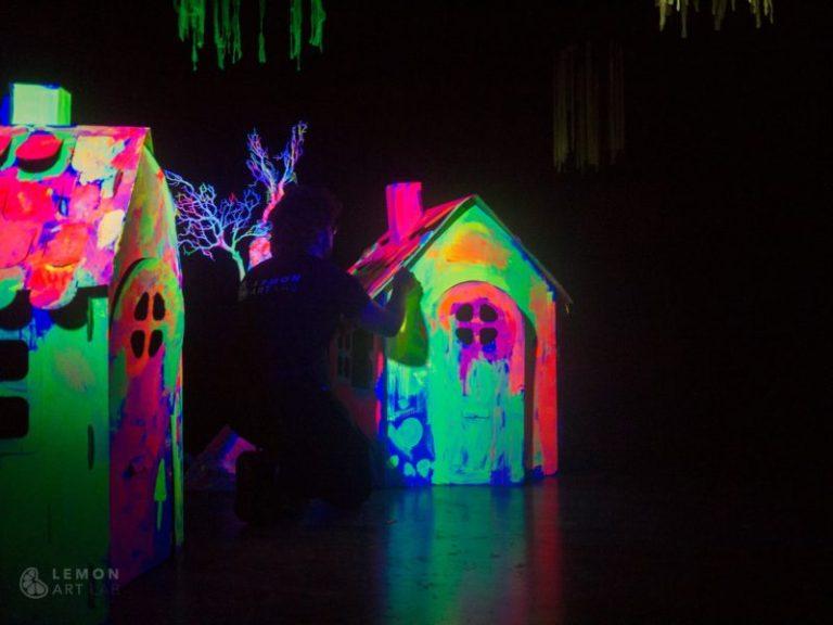 Artista trabaja en instalación de luz ultravioleta
