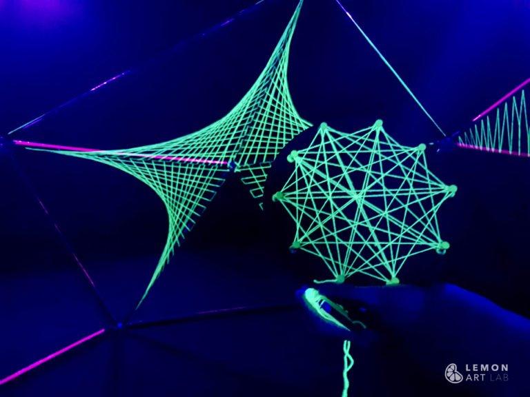 Instalación ultravioleta con patrones geométricos
