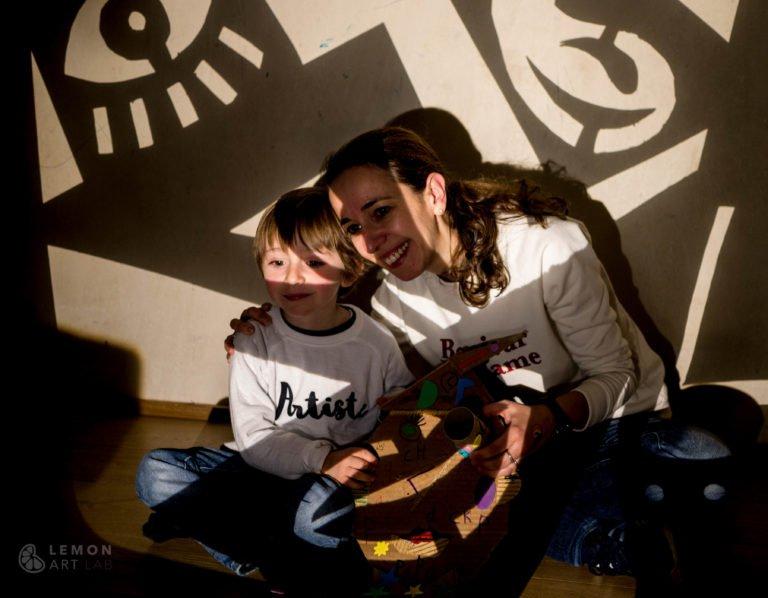 Madre e hijo frente a una proyección cubista