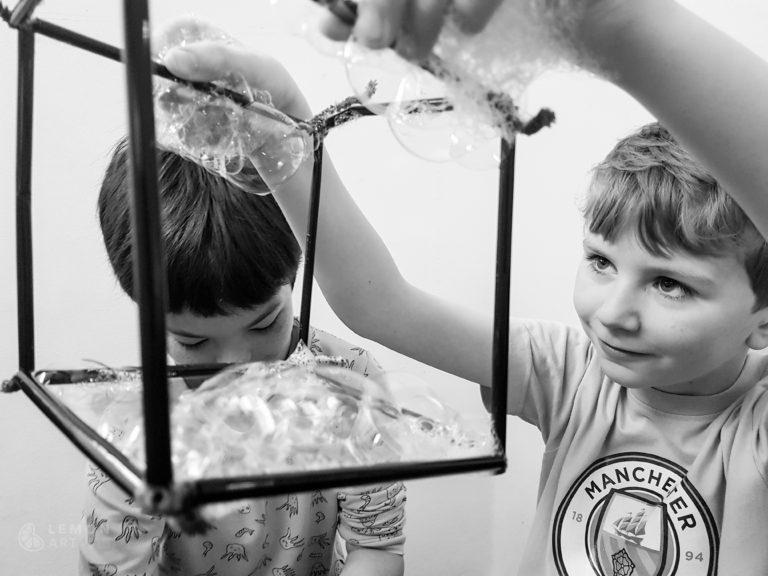 jóvenes experimentan con jabón