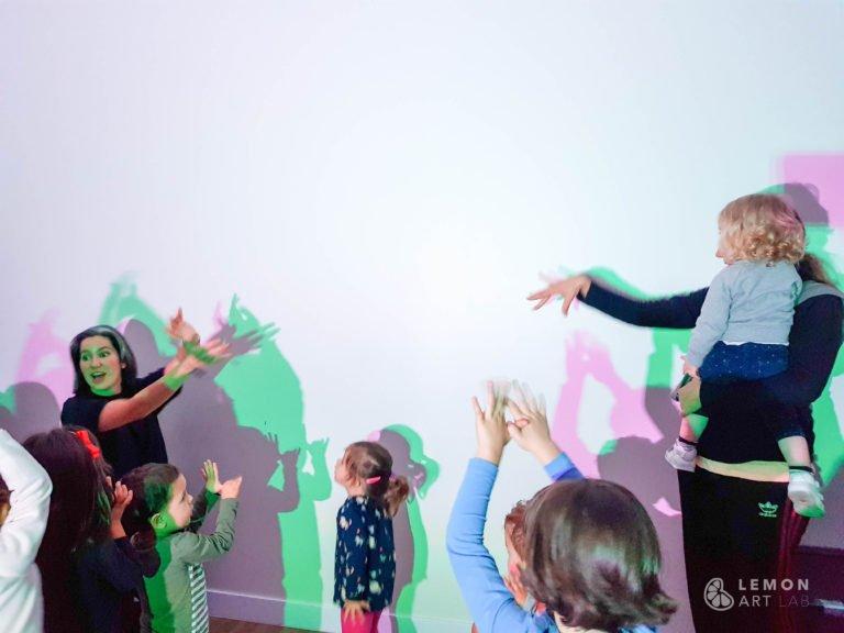 educador lidera actividad de luz con familias