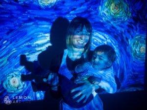 Madre y bebé en la noche estrellada de Van Gogh