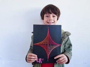 Niño muestra un patrón geométrico