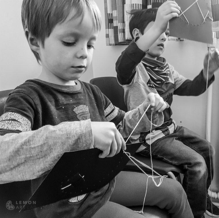 Niños haciendo costura