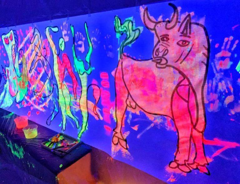 Mural ultravioleta inspirado en Picasso