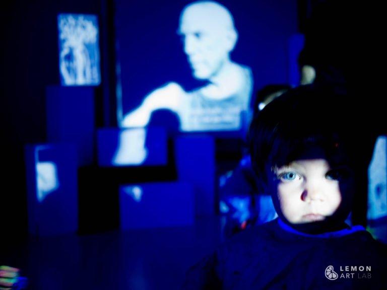 Bebé en una instalación sobre el artista Picasso