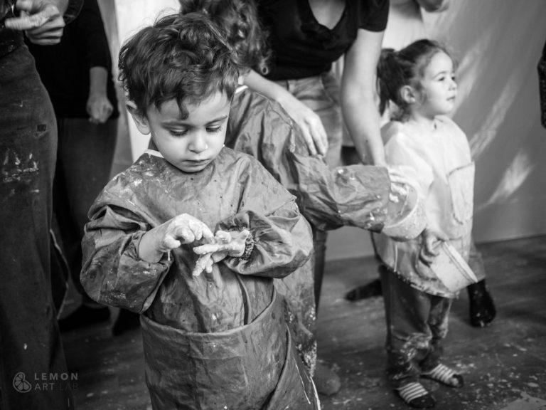 Niños llenos de pintura en un taller de arte de acción