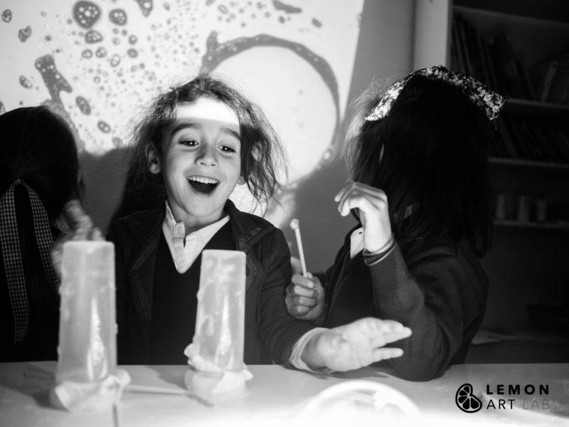 Niños en un taller de pompas de jabón