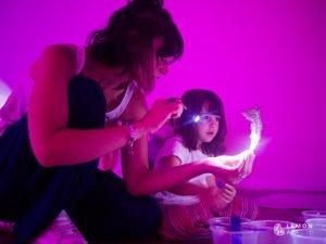 Madre e hija exploran materiales artísticos