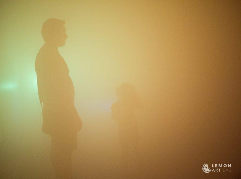 Familia en una niebla de color