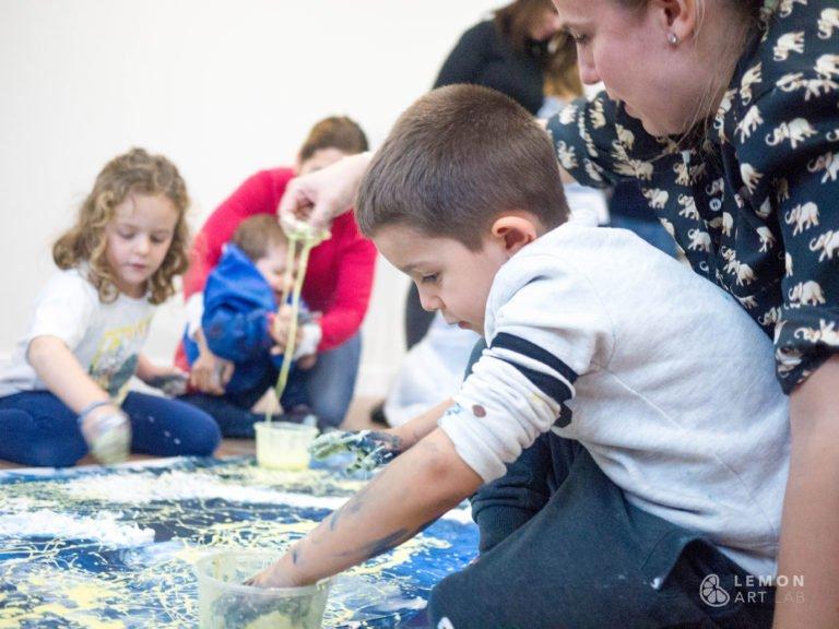 Niños y adultos crean arte juntos