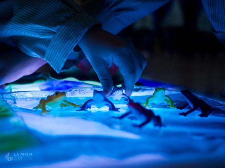 Niños juegan con la mesa de luz