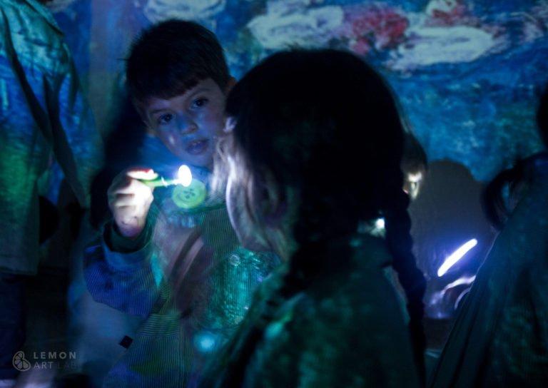 Niños exploran una instalación artística juntos