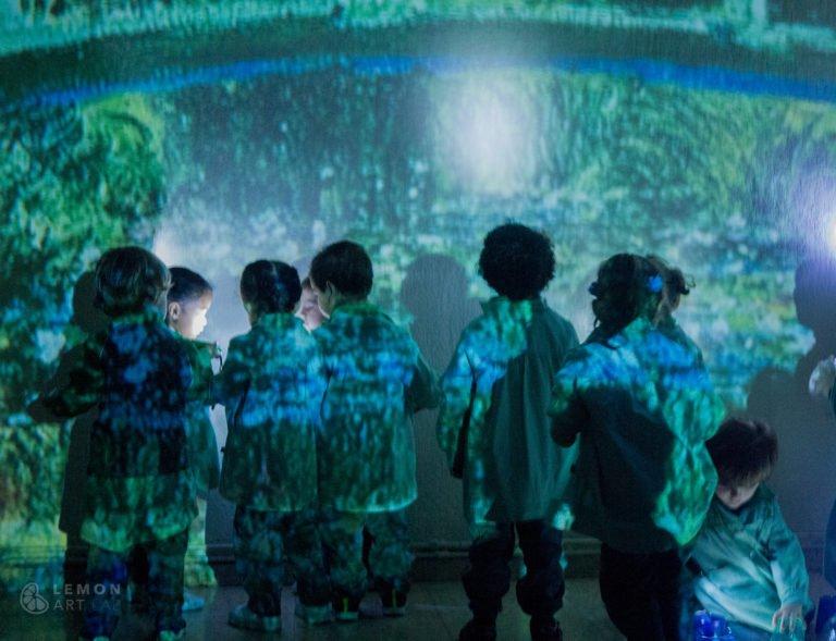 Preescolares ante un inmenso cuadro de Monet