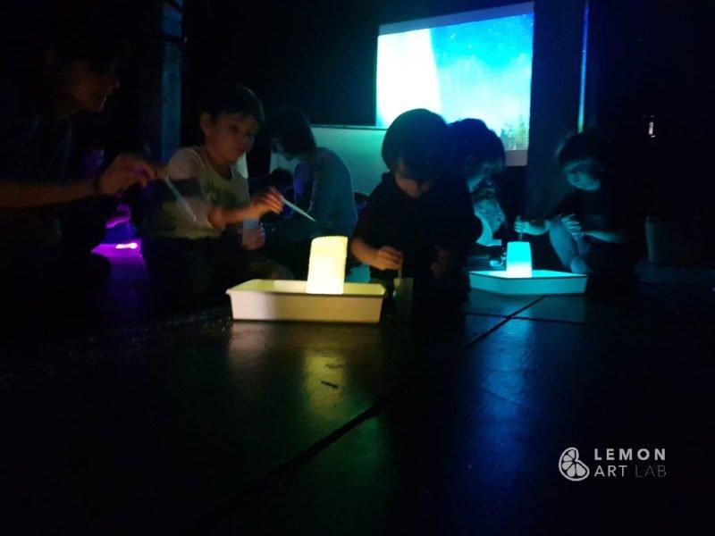Niños en un taller de arte efímero