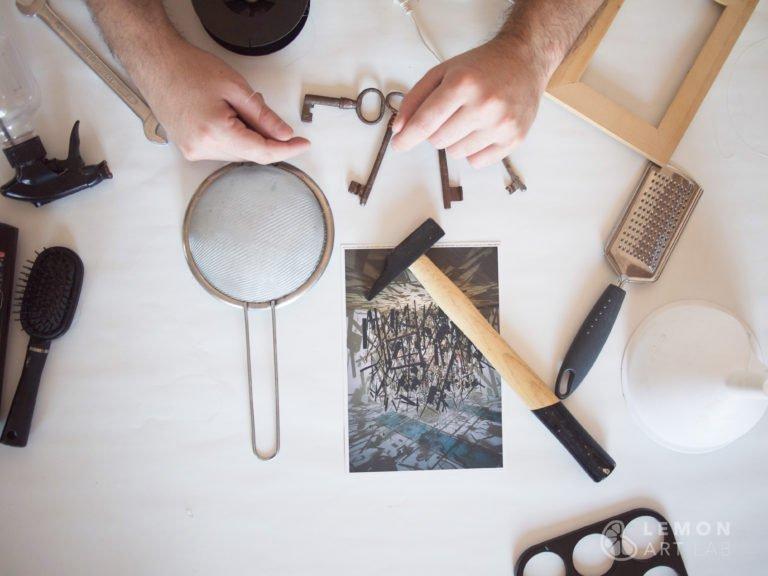 Artista trabajando con objetos comunes