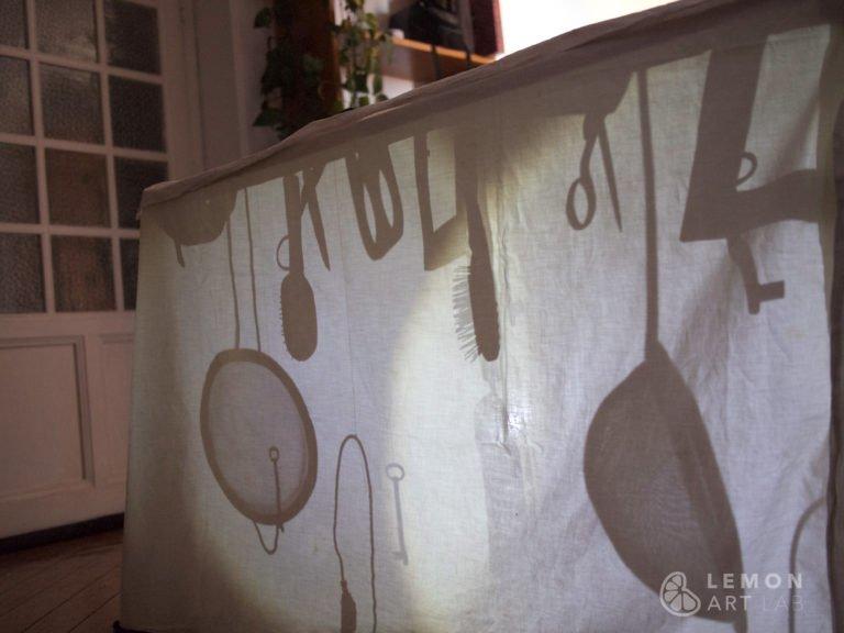 Instalación artística casera con luces y sombras