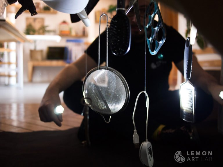 Artista prepara una instalación con objetos cotidianos