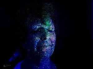Mujer con pintura fluorescente