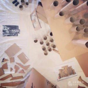taller de arte con piezas de cartón