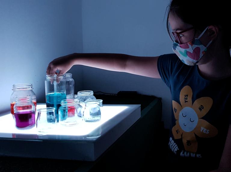 Niños experimentan con la mesa de luz