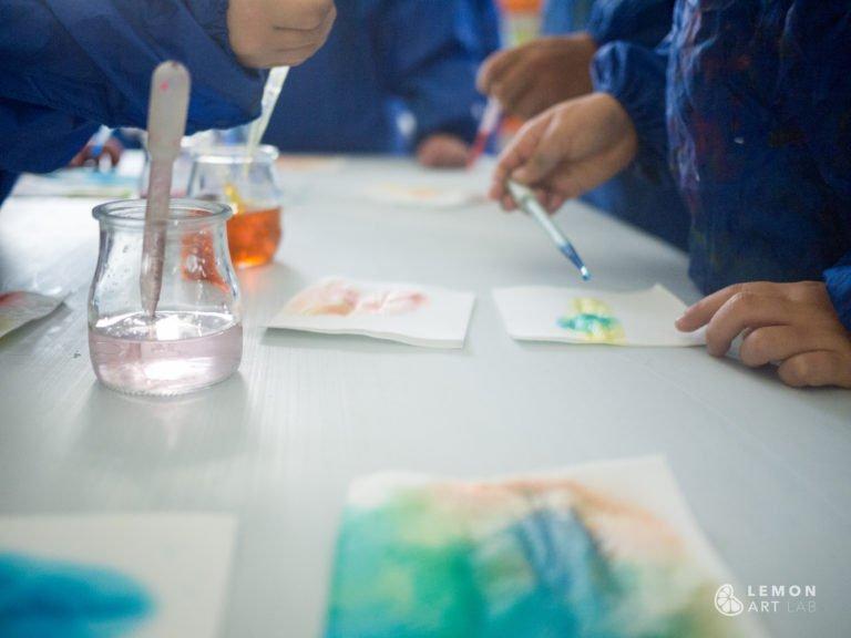 Niños utilizan pipetas de forma creativa